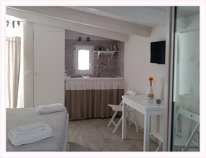 camera-matrimoniale-sole-bed and breakfast-cielididante-conversano-2-letto-travi-bianche